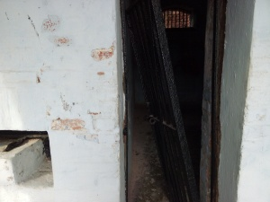 THE LOCKING SYSTEM NEXT TO THE CELL